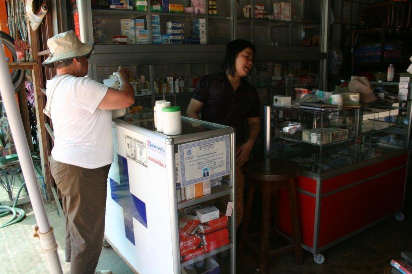 photo de voyage au cambodge n 68 la pharmacie bureau de poste banque change epicerie. Black Bedroom Furniture Sets. Home Design Ideas